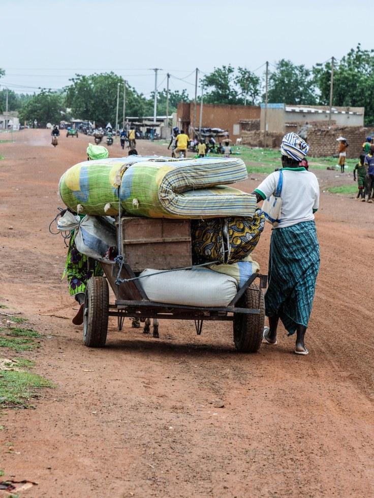 Photo 2:Deux femmes qui ont fui leur village arrivent à Barsalogho.
